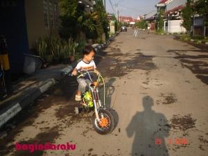 29 Maret 2009. Andromeda, diatas sepeda pertamanya. Beli di kawasan Kosambi, lupa harganya. Agak mahal untuk ukuran kantong saat itu, cuma worth it banget, secara kepake sampe umur 7 tahun! :)