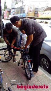 11 April 2013, @ Kosambi, beli sepeda ke-2, as his early birthday present. Ini sepeda lipet, kalo nggak salah harganya 700 ribuan. Merk Element, lumayan kuat, bapaknya aja bisa naikin. Ibunya belum pernah nyobain, lebih seneng jogging, sih. Uhuy! :) Tadinya udah rada terprovokasi beli yang harga 1,5 jt. Tapi ternyata kata-kata jujur dari kedalaman isi kantong lebih mendominasi. Haha.. Well, mari kita lihat berapa lama sepeda ini bertahan...