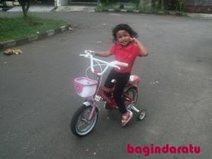 06 November 2011, Aurora, di depan rumah. Lupa, kapan tepatnya beliin si Genduk sepeda. Yang jelas setelah adiknya lahir. Ini kayak semacem hadiah buat dia karena udah jadi kakak. :) Merk United, lupa pula harganya. Yang jelas beli di Kosambi lagi, dimana pula bisa kita temukan tempat jualan sepeda yang komplit dari yang harga 300 rebu sampe 30 jeti (???) selain di Kosambi, yes? :) Oh ya, sekarang sepeda roda 4 ini udah jadi sepeda roda 2, dan masih keliatan kokoh. Moga2 tetep begitu, at least sampe si tengah ulang tahun yang ke-7. Haha...