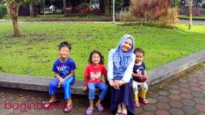 01 Juli 2013, @ Taman Balai Kota Bandung. Ibunya udah cakeps pake seragam hari Senin (selalu ngerasa nggak PD pake baju biru ini, hihi) dan krucils masih belum mandi. Ini ceritanya lagi seneng, karena sejak minggu lalu jalanan kota Bandung itu kalo pagi surga, sekali. Sepi! Jadi nggak sampe 30 menit udah nyampe pusat kota. Habis absen pagi liat jam masih jam 07 kurang, yang artinya daycare juga kan belum buka jadi melipir dulu kemari. Seneng disini, tempatnya sejuuuukk, khas Bandung banget deh. :)