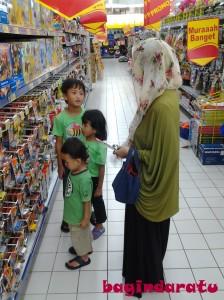01 September 2013. @ Hypermart Metro Indah Mall: negosiasi mengenai mobil-mobilan mana yang boleh diambil. Negosiasi yang alot, tentu saja. Ada yang pengen 2, ada yang minta 3, bahkan ada yang pengen semuanya! Aih, mana bisa begitu? Ambil 1, atau tidak sama sekali! Oh yes, Nak. Selagi kalian masih numpang makan-tidur-main di rumah kami, kalian deh ya, yang musti ngikut aturan kami..! Huahaha...