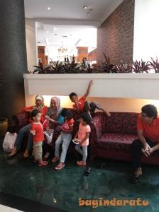 @Grand Aquila Hotel: Suka sih, liat ibu-ibu yang kopdar bawa anaknya. Tapi... tapi... ternyata heboh ya, kalo bawanya 3 biji sekaligus. *lempar A3 ke bapaknya* Hahaha..
