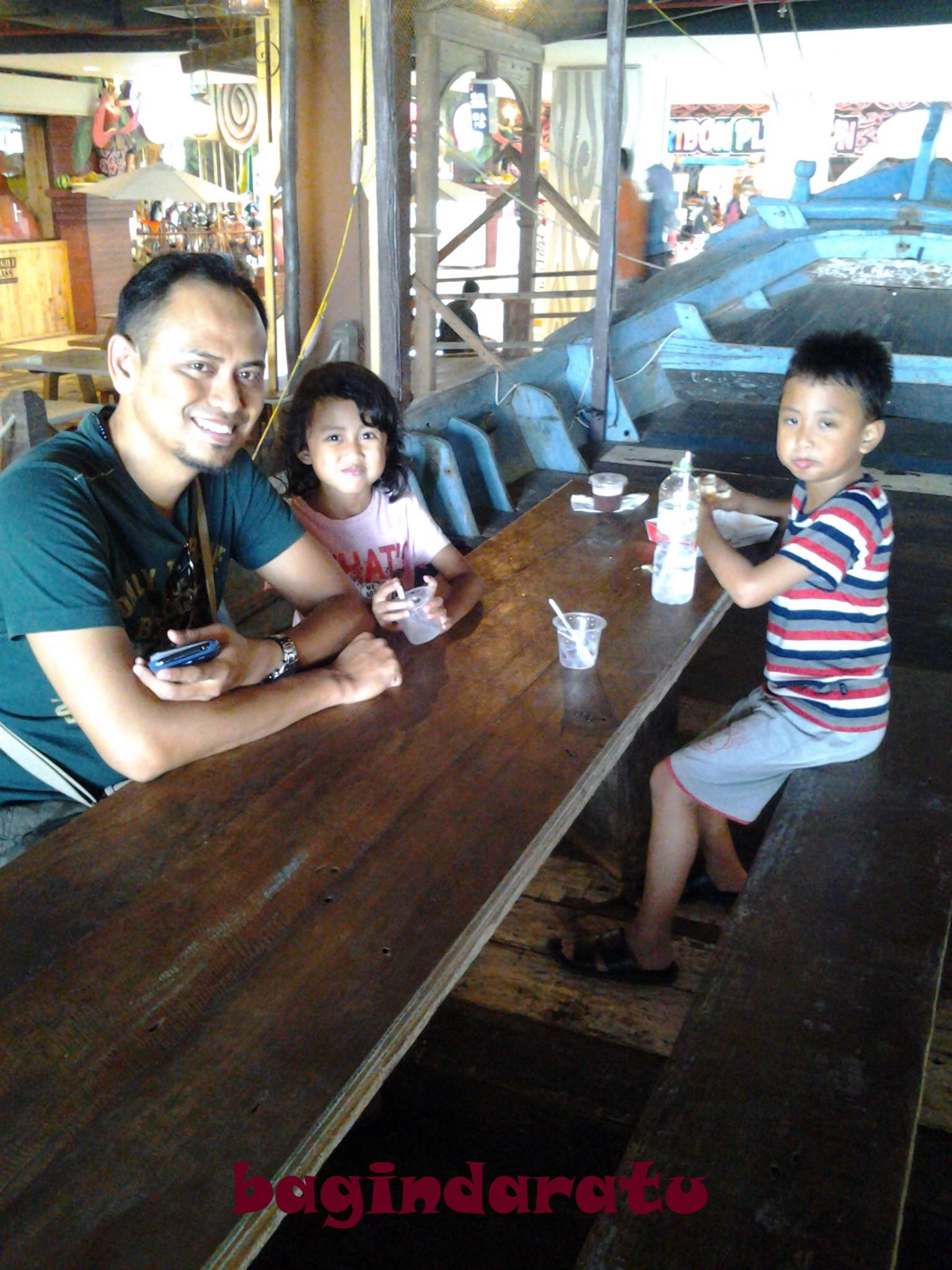 bokep anak kecil @@@ Bapak dan anak gadisnya masih mau senyum. Si sulung? Manyun, karena udah  bosen