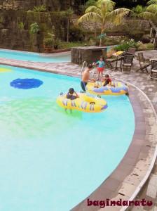 Sepiiiii serasa milik sendiri. Hahaha, digantung KPK kalo sampe kami punya kolam renang pribadi begini.. :lol: