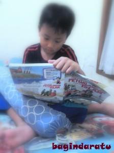Si sulung, dengan buku 100 petualangan Islam. Kalo bukunya tebel begini, doski masih suka merengek manja minta dibacain. Haish! Nah terus adik-adikmu, siap yang bacain bukunya, bang? :D