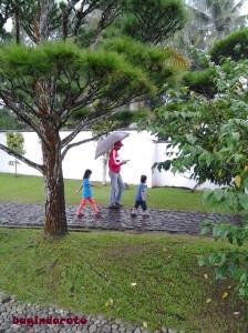 Jangan salahkan hujan yang turun.. salahkan anak-anaknya yang ogah pake payung... :D