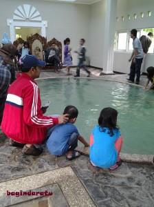 ternyata di dalam Istana ada kolam pemandian air panasnya. Awesome!