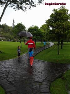 """"""" Hujan, sayang. Pake payungnya, ya?"""" Trus si bocah jawab: """"nggak mau! Apa itu pake payung? Nggak keren, ayah!"""""""