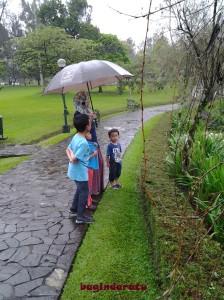 suasana hujan begini terasa syahdu, sih... tapi kan.. tapi kan.. dingiiiinnn...!